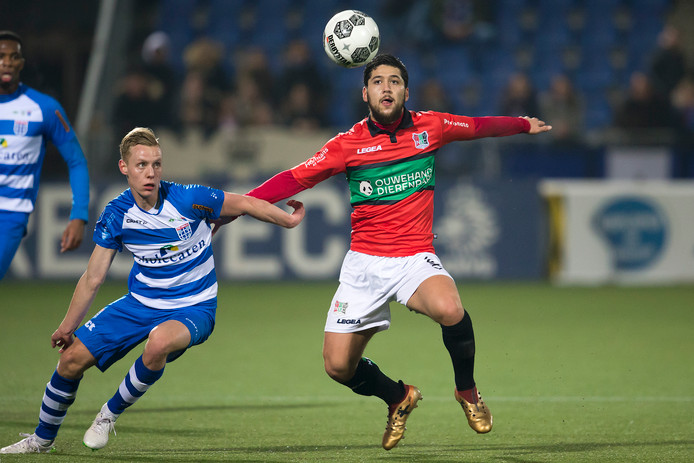 Anass Achahbar (rechts) voor NEC in actie in het bekerduel van vorig jaar met PEC Zwolle. de spits van de Nijmeegse club duelleert met Rick Dekker.