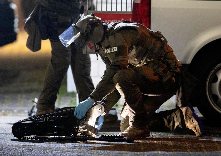 Politie in Hanau zet een robot bij het huis van de vermoedelijke schutter.  Beeld AP