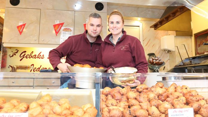 Oliebollenbakker Bram van de Molengraft en zijn vrouw Amanda Sipkema in hun kraam op het Henri Dunantplein.