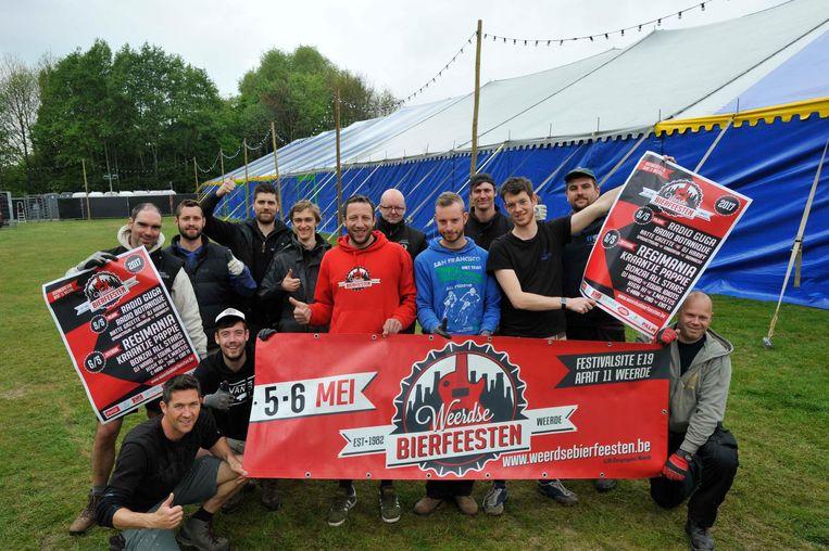 De organisatoren en medewerkers aan de grote tent van de Weerdse Bierfeesten.