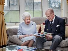 Queen Elizabeth en Philip krijgen op 73e trouwdag kleurrijke kaart van kleinkinderen