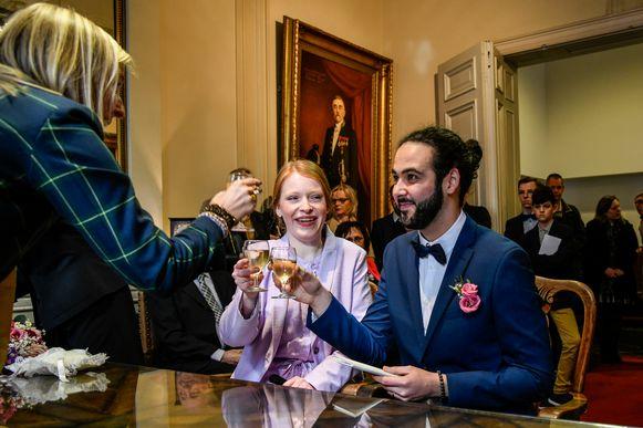 Laurien Roelandt en Albert Khachatryan klinken op hun pas afgelegde huwelijksgelofte.