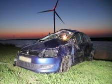 Automobilist belandt ondersteboven in het riet langs Oesterdam