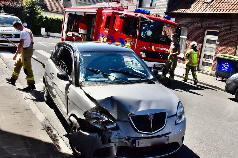 De Lancia Ypsilon van de 46-jarige bestuurster uit Zwevegem liep behoorlijk wat schade op bij de botsing.