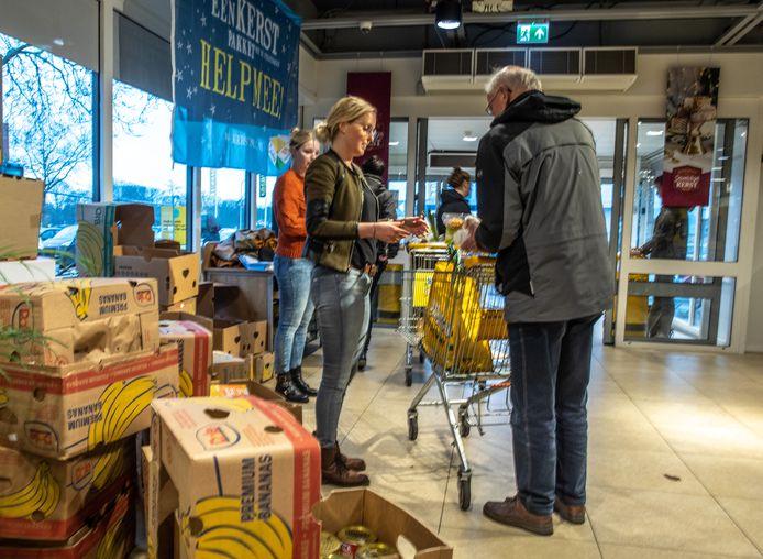 Het inzamelen van levensmiddelen voor de kerstpakkettenactie bij de ingang van supermarkten (zoals hier in 2019) gaat dit jaar niet op die manier door.