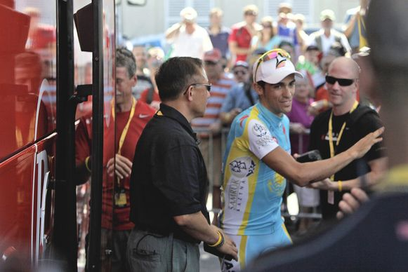 Alberto Contador, bij het verlaten van de teambus van RadioShack.