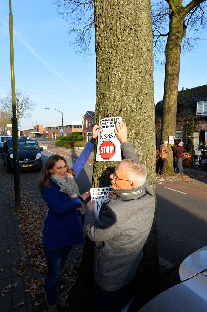 Janneke Sandee en Ivo Maas hangen een pamflet op tegen het houden van evenementen in het Insaidpand.