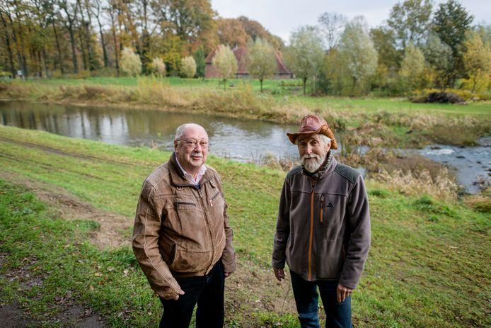 René Appels (links) en Dolf Bierhuizen van Kunstkring B-Art langs de Slinge waar volgend jaar zomer kunstwerken kunnen staan.
