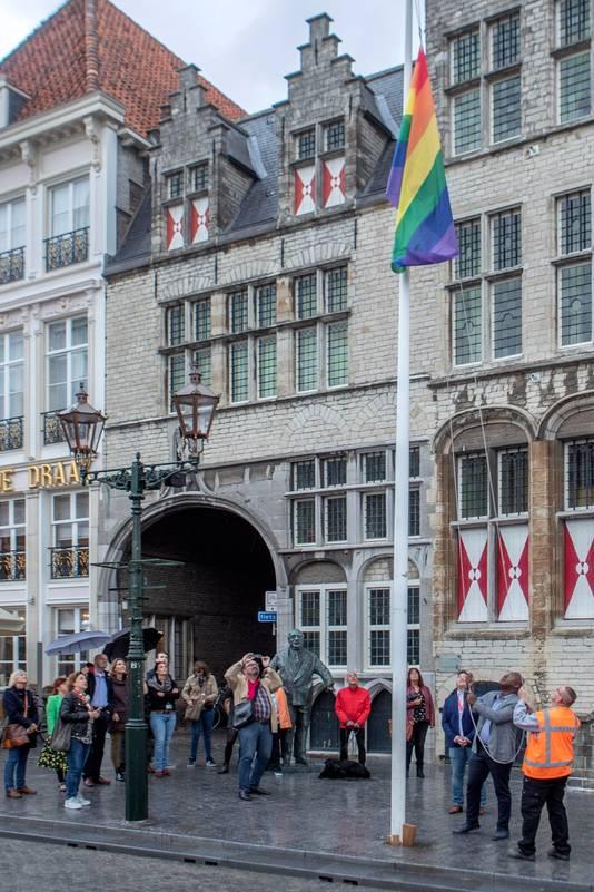 Bergen op Zoom - 11/10/18 - Wethouder Barry Jacobs hijst de regenboogvlag voor het oude stadhuis op de Grote Markt