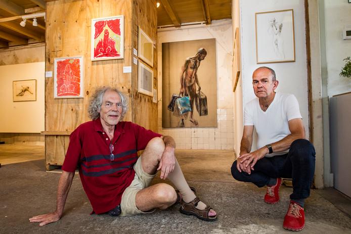 Ids Zandleven (links) en Rob Smolders bij de expositie in Deventer.