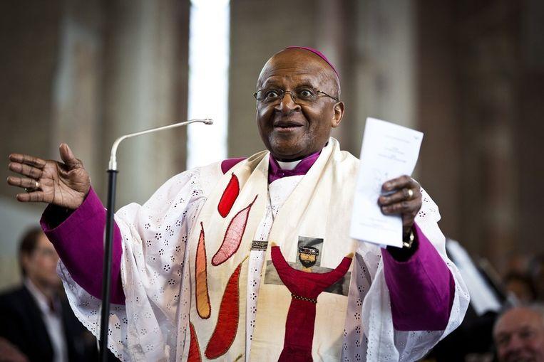 Desmond Tutu is vrijdagmiddag aanwezig bij een interreligieuze dienst in de Lebuinuskerk. Beeld anp