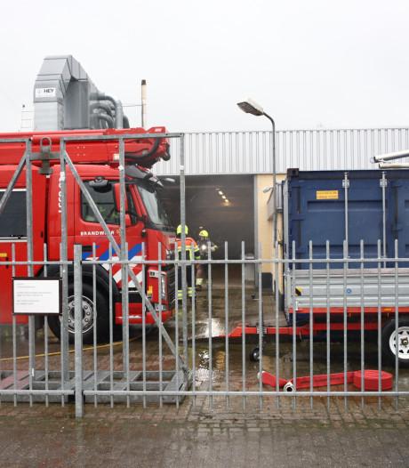 Rook in pand van timmerfabriek Dreumel, brandweer rukt uit