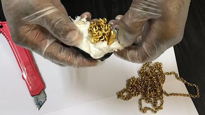 Man probeert 1kg goud te smokkelen in endeldarm