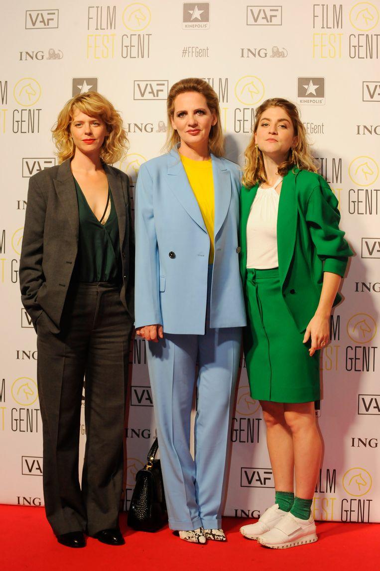 Maaike Neuville, Maaike Cafmeyer en Charlotte De Bruyne op de rode loper tijdens de première van 'De Twaalf' op het filmfestival van Gent.