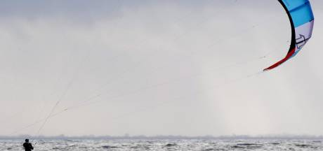 Illegale kitesurfers beboet in Lelystad