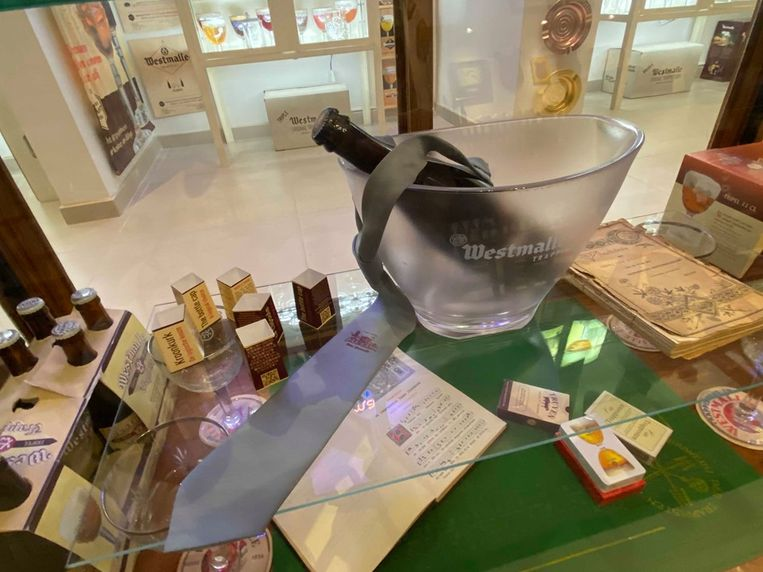 Ook de das uit 1986, die ter ere van 150 jaar brouwerij De Trappisten gelanceerd werd, zit in Leo's collectie.