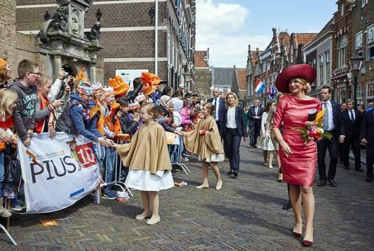Prinses Ariane, prinses Alexia en Koningin Maxima lopen op Koningsdag door Dordrecht richting het Statenplein