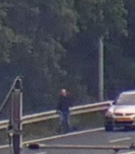 Man stapt op snelweg uit auto en loopt stampvoetend weg
