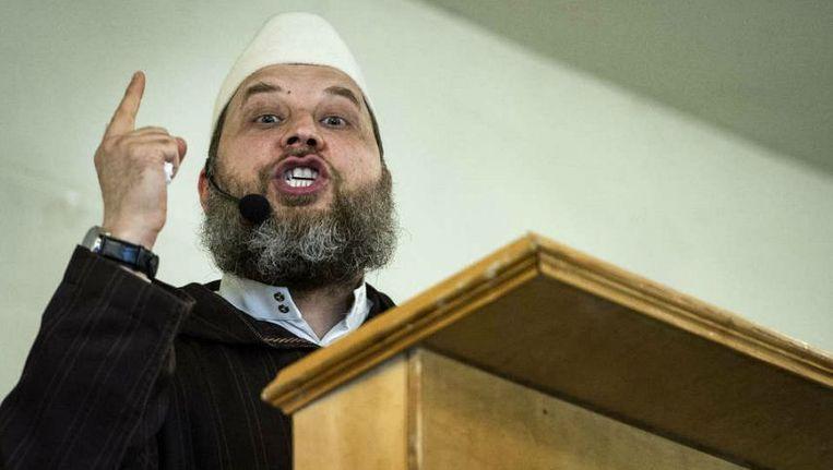 Imam Fawaz Jneid predikt in een voormalige feestzaal in de Uitenhagenstraat in Den Haag. Beeld Patrick Post