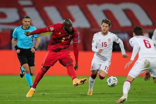 Romelu Lukaku passt tegen Denemarken.