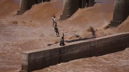 Vissers per helikopter gered uit kolkende rivier