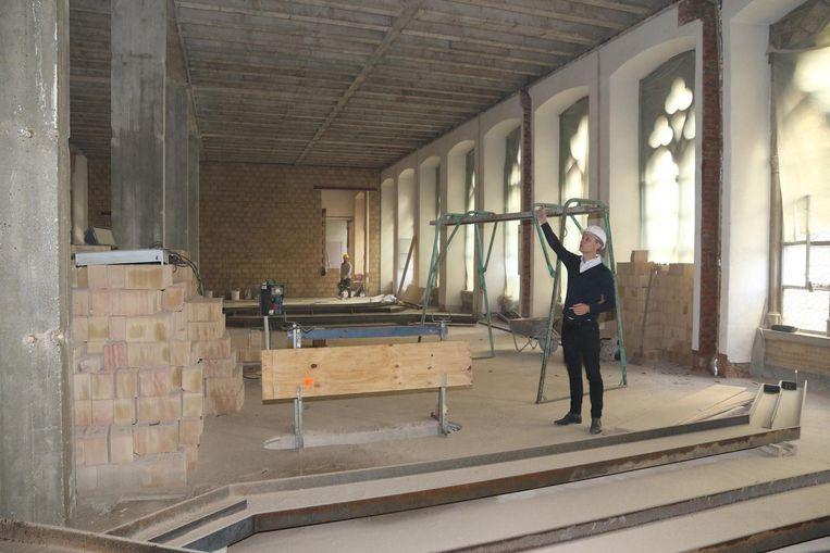 De architect toont dat de loketten in de oude loketzaal zijn verdwenen.
