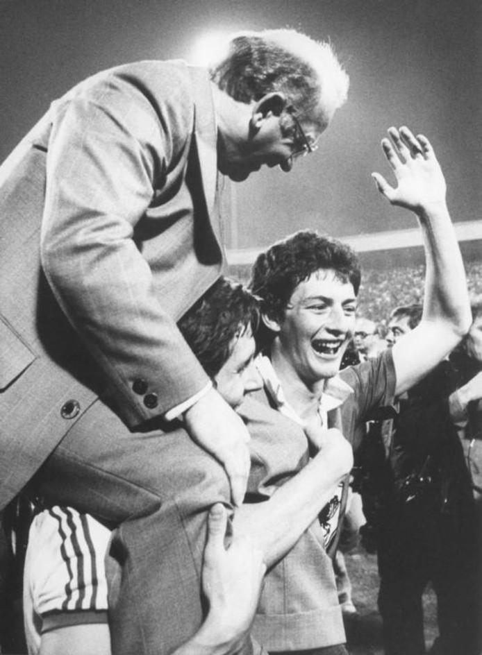 Kees Rijvers op de schouders bij Harry Lubse en Ernie Brandts nadat PSV de UEFA Cup heeft veroverd door Bastia in Eindhoven met 3-0 te verslaan. foto Van de Meulenhof