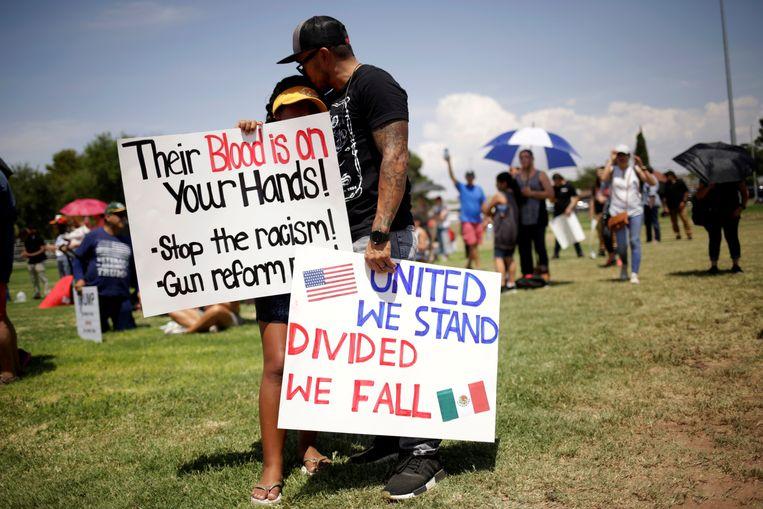 Rouwende mensen na de aanslag in El Paso. Beeld REUTERS