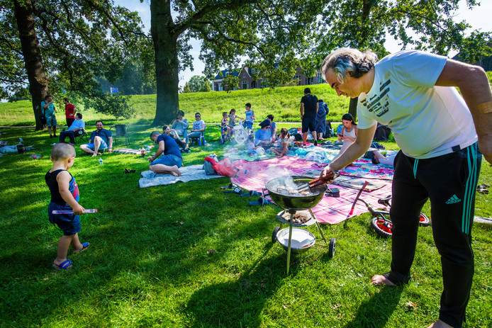 Halil Isik verzorgt de barbecue voor drie Turkse families in het Worpplantsoen.