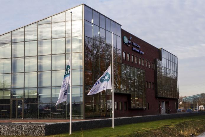 Archieffoto: Bij het gebouw van vmbo AOC Terra hangen de vlaggen halfstok.