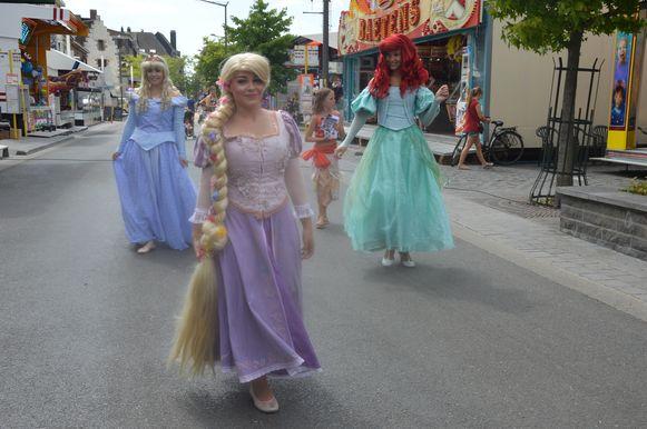 Prinsessen Doornroosje, Rapunzel en Ariel wandelen rond op de kermis op de Graanmarkt.