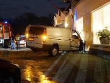 Eigenaar kringloopwinkel in Lieren krijgt schrik van zijn leven door botsende bestelbus