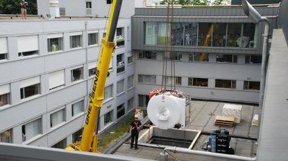 Nieuwe MRI-scanner met magneet van 3,5 ton in Waregems ziekenhuis geplaatst met kraan