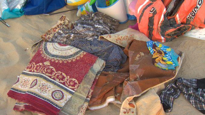 Berg afval op strand van Oostende: rubberboot en tapijten achtergelaten