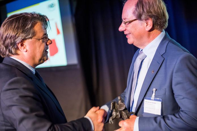 Jos van der Sande (rechts) krijgt uit handen van commissaris van de Koning Wim van de Donk de provinciale onderscheiding Hertog Jan.