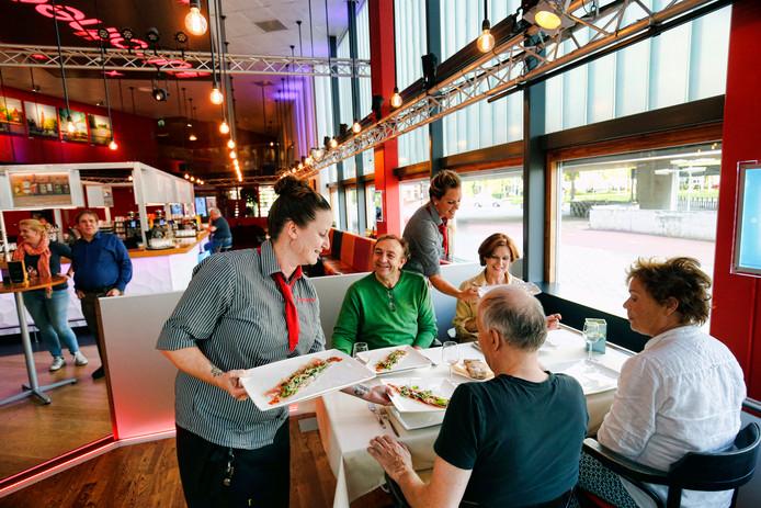 De acteurs die in het Fulcotheater moeten optreden, eten eerst een hapje in het restaurant van het theater.