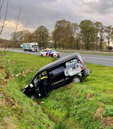 Busje belandt in sloot langs A1 Oldenzaal