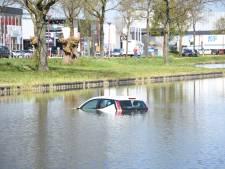 Hulpdiensten rukken in Nieuwegein uit voor auto te water: handrem vergeten