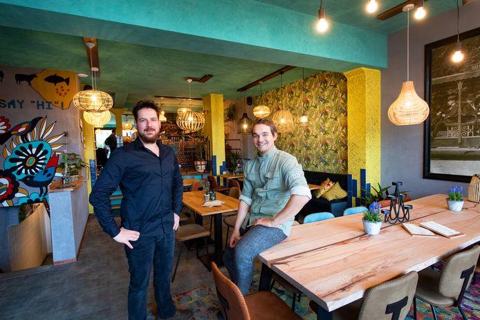 Maarten Driessen (l) en Floyd Schoenaker in hun nieuwe horecazaak: eetbar MikMak.