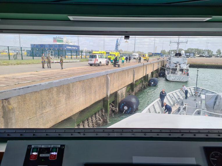 De hulpdiensten wachten de Pollux op aan de kade in Zeebrugge.