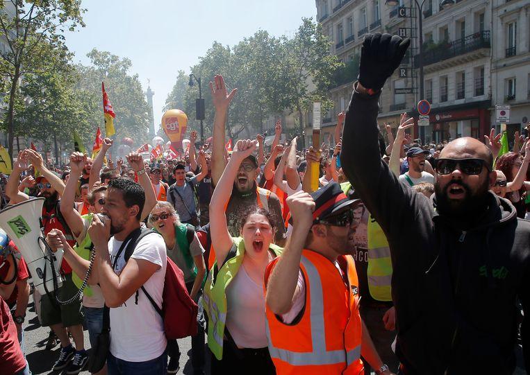 Protest van spoorwerkers tegen nieuw beleid van president Macron in Parijs eind juni.