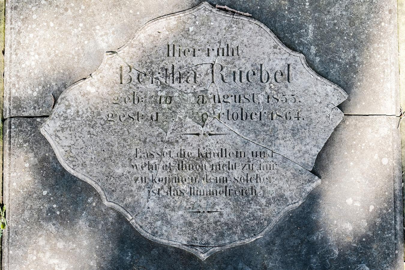 Beschadigd graf op de begraafplaats achter kapel Sinderen.
