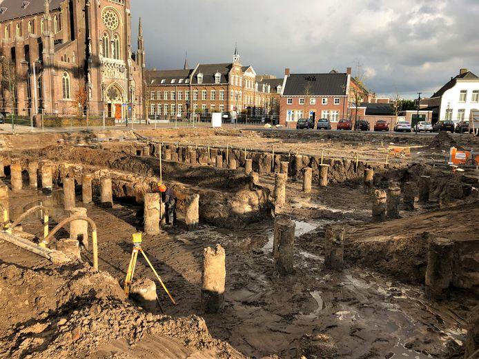 De palen werden van zand ontdaan, daarna kon het koppen snellen beginnen.