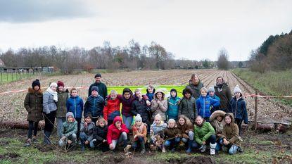 Leerlingen De Appelbouw planten houtkant aan