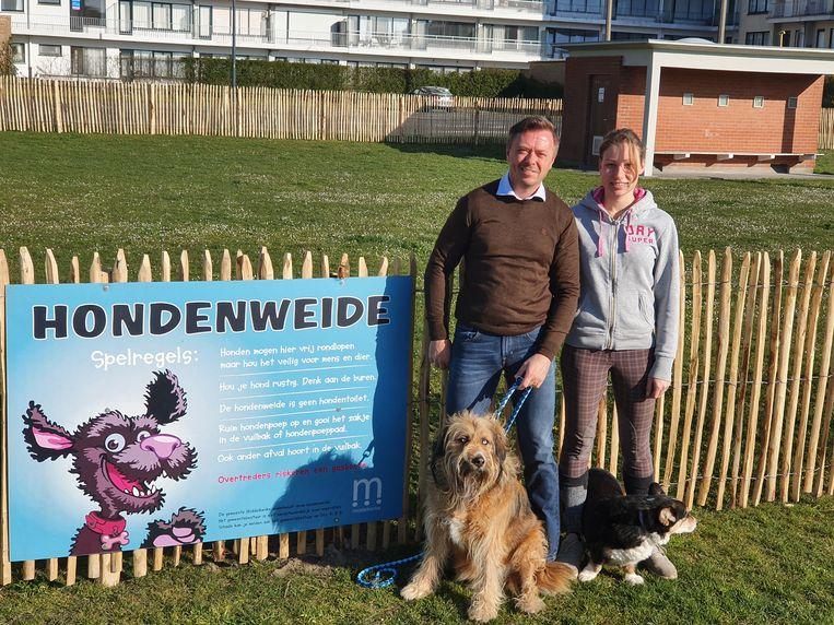 Schepen Henk Dierendonck en zijn dochter met hun twee trouwe viervoeters bij de hondenweide in het centrum van Middelkerke.