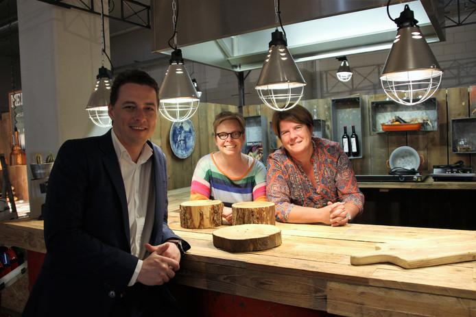 Van links naar rechts: Jan-Willem Oomen manager Three-sixty (Verspillingsfabriek), Esther de Bie en Liesbeth Franssen in de keuken van de Verspillingsfabriek, waar de hapjes zaterdag voor het concert worden afgewerkt.