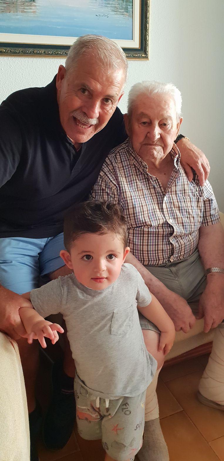 Belles papa en grootvader met haar zoontje Ellìa.