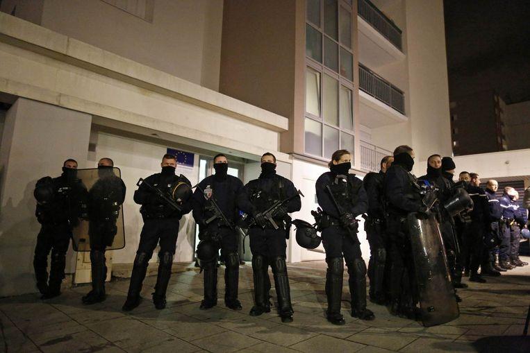 Politiemannen kammen de buurten in de Franse stad Reims uit na geruchten dat de verdachten zich hier zouden bevinden. Beeld reuters