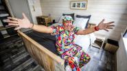Papa Chico goochelt aan de ontbijttafel van zijn nieuwe B&B