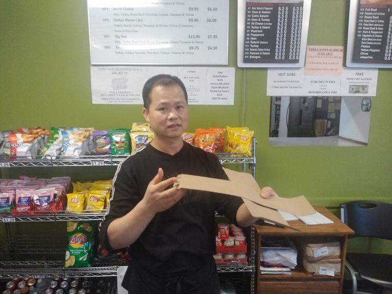 Ying Lei runt een broodjeszaak naast de fabriek: 'Er komt hier niemand meer.' Beeld Michael Persson